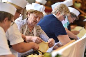 Martinimarkt Laakirchen 08 - Goldhaubenfrauen Krapfen ┬® Wolfgang Spitzbart